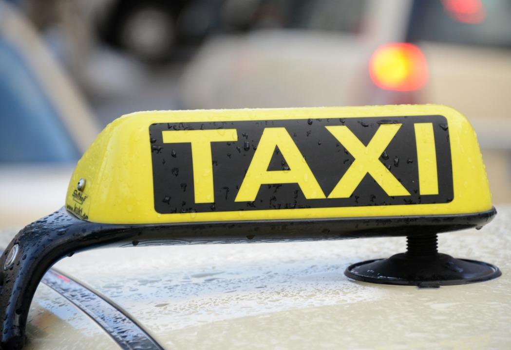 Ein aufmerksamer Taxifahrer hat einen Enkeltrickbetrug in Buchenbach verhindert.  | Foto: Daniel Bockwoldt/dpa