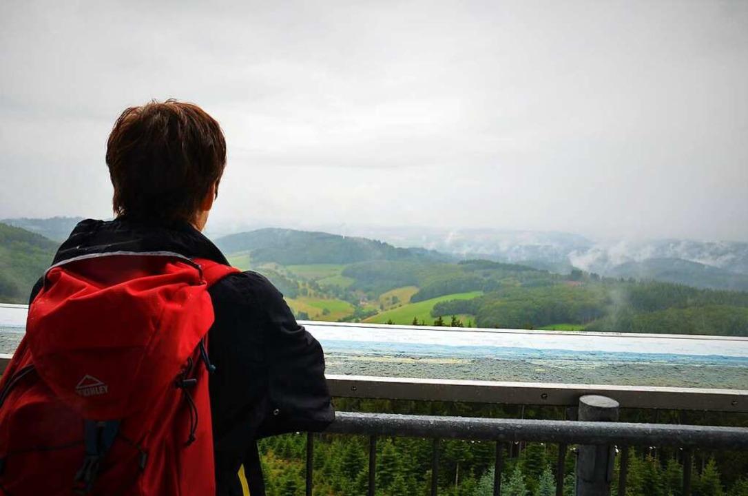 Die Regenwolken zum Greifen nah – auf dem Hünersedelturm    Foto: Kathrin Blum
