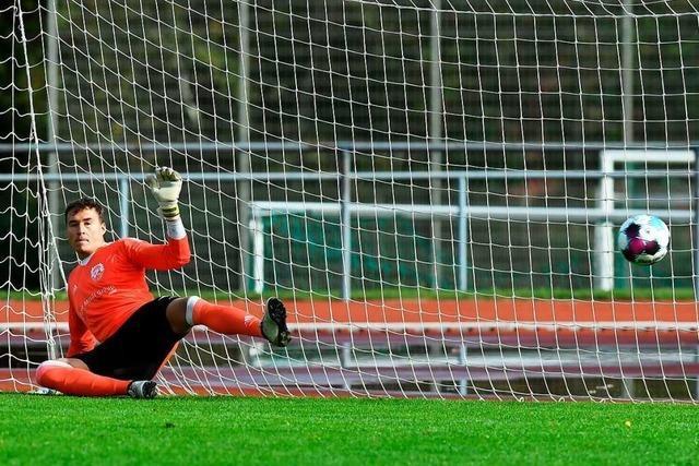 Nils Boll erwärmt sich am Spiel, Tobias Urban reagiert frostig