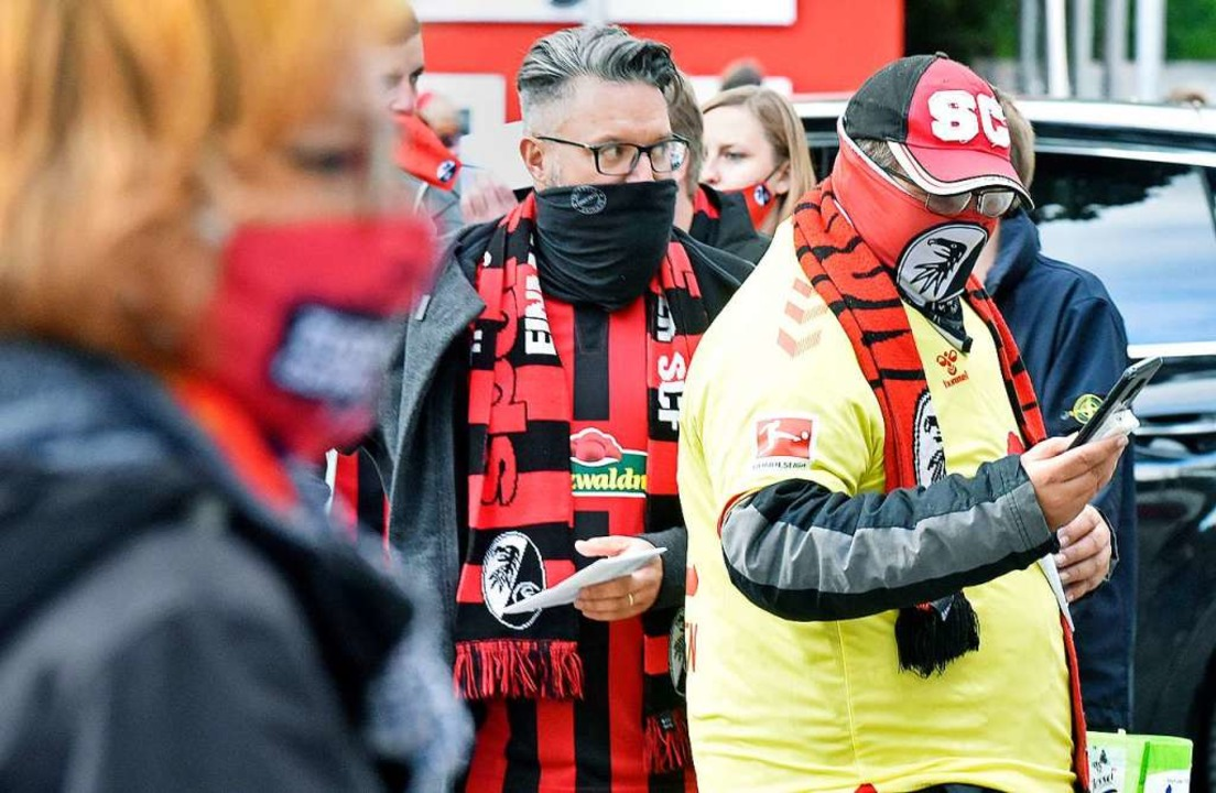 Nur 3200 Zuschauer durften gegen Wolfs...erkürzte die Wartezeiten beim Einlass.  | Foto: Michael Bamberger