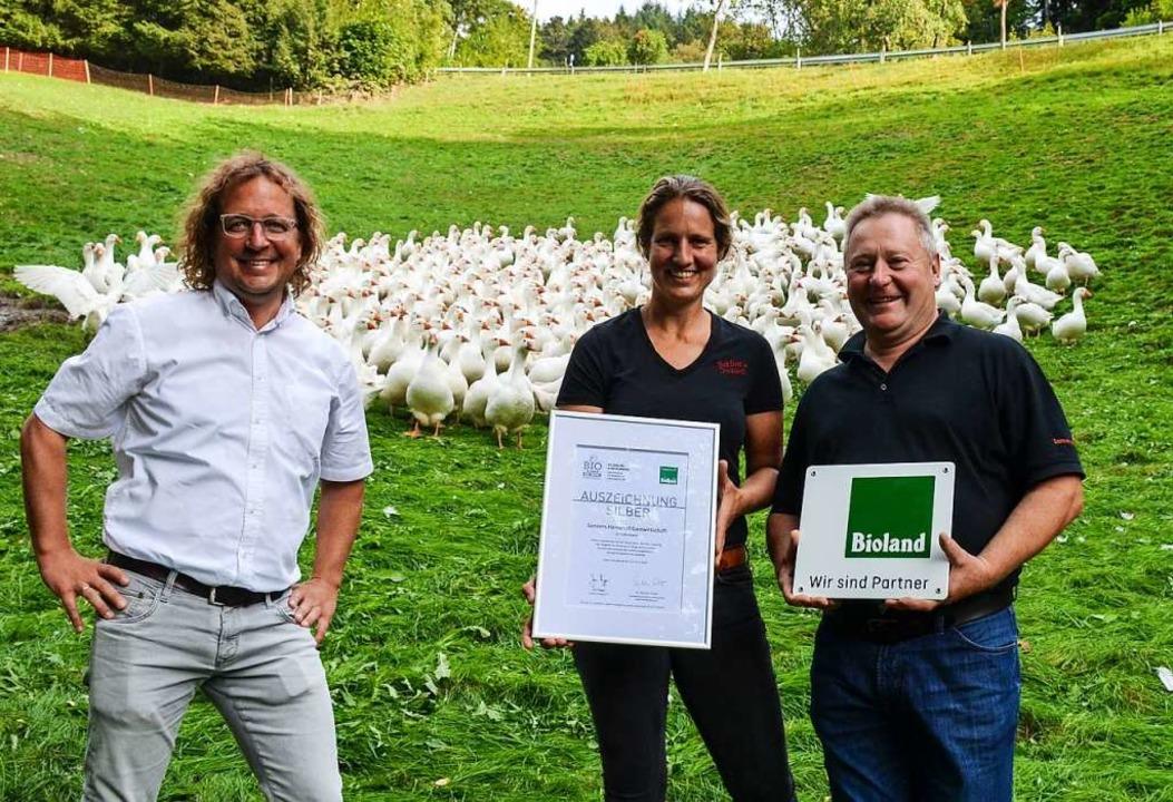 Christian Eichert (links) überreichte ...in Sonner die Zertifizierungs-Urkunde.  | Foto: Gabriele Hennicke