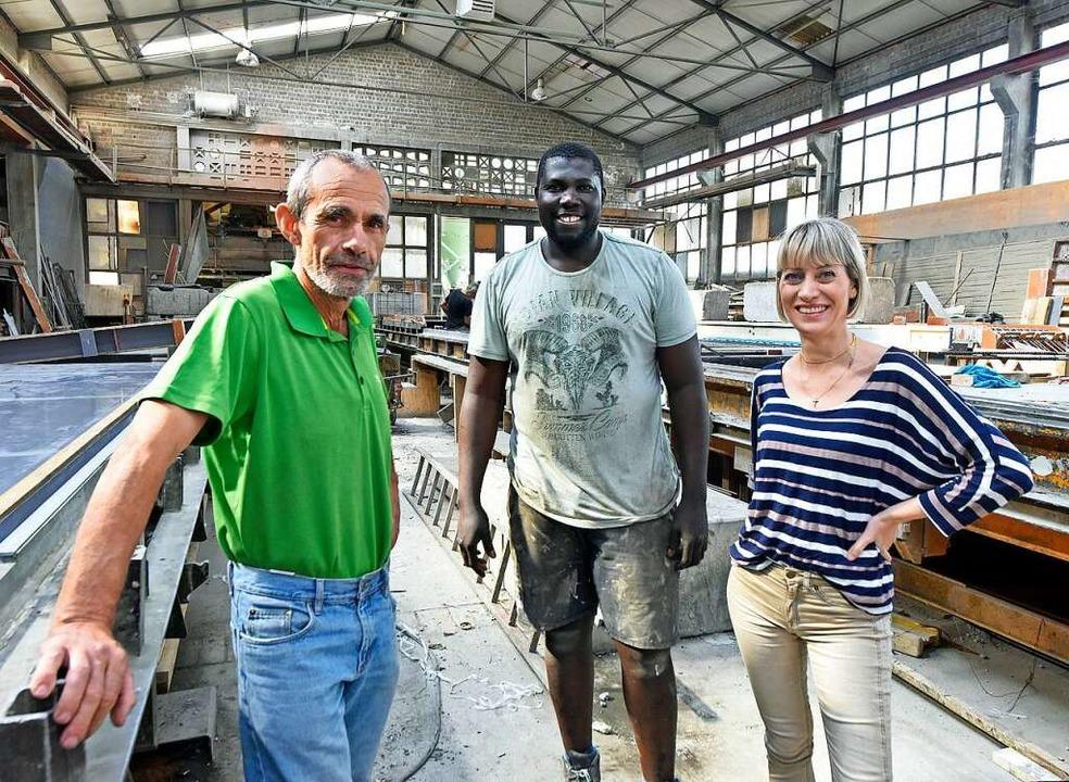 Buba Sonko (Mitte) mit seinen Chefs Ja...der Firma Egenter in Freiburg-Haslach.  | Foto: Michael Bamberger