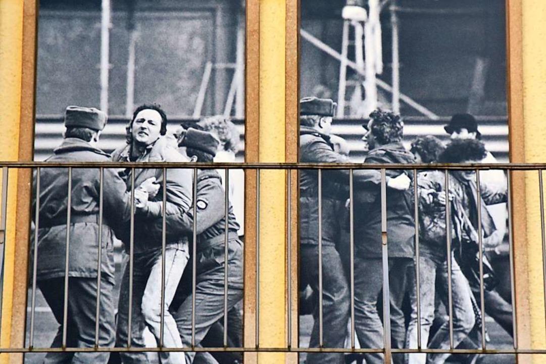 Ein Teil der Außenfassade des Museums zeigt Szenen von Demonstrationen.  | Foto: Stefan Jehle