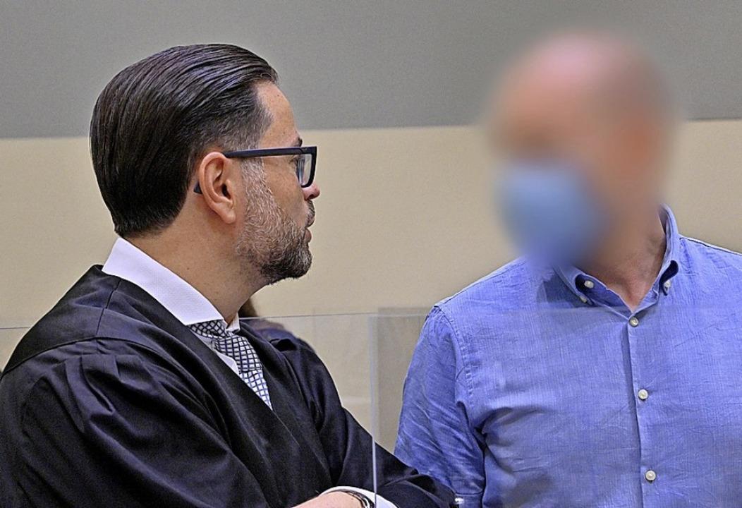 Der Angeklagte (rechts) und sein Verte...Foto stammt vom ersten Verhandlungstag    Foto: Peter Kneffel (dpa)