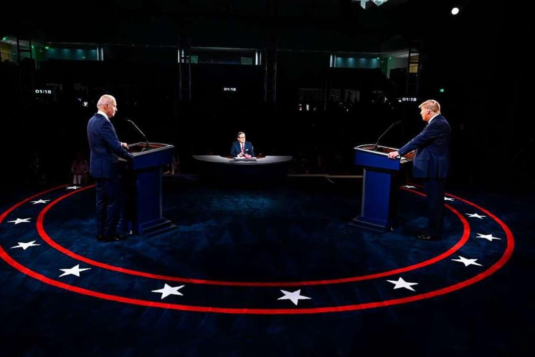 Joe Biden (links) und Donald Trump (re...wischen ihnen Moderator Chris Wallace.  | Foto: Olivier Douliery (dpa)