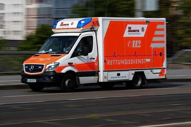 Rettungswagen im Einsatz streift beim Abbiegen ein Auto