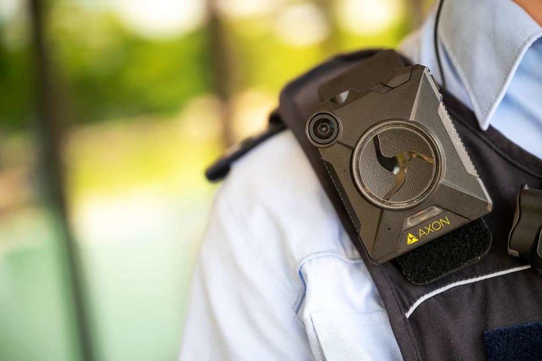 Ein Polizeibeamter trägt eine Bodycam.    Foto: Sebastian Gollnow (dpa)