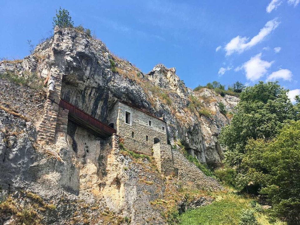 Sagenhaft in den Felsen gebaut: Die St. Veitskapelle.    Foto: Dominik Bloedner