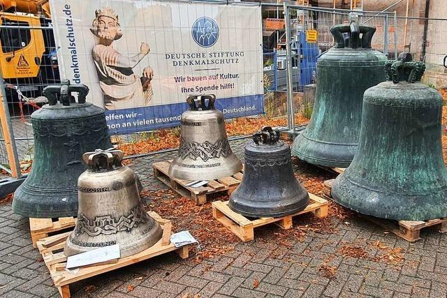 Schwerlastkran bringt sieben Glocken in den Nordturm des Breisacher Münsters
