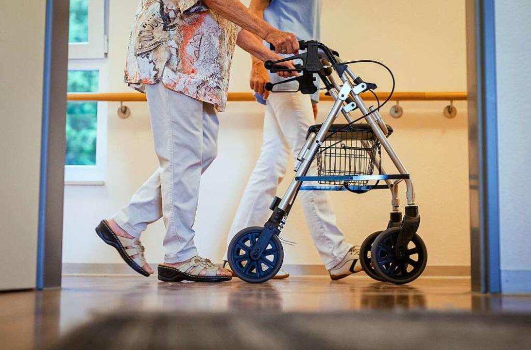 In Pflegeheimen im Landkreis Lörrach gibt es wieder Corona-Fälle.  | Foto: Christoph Schmidt (dpa)