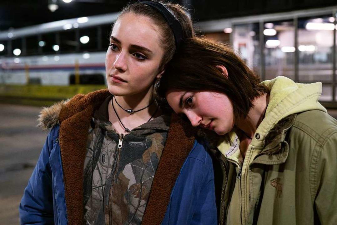 Wortloses Zwiegespräch: Sidney Flaniga... Talia Ryder  als  ihre Cousine Skylar    Foto: Angal Field (dpa)