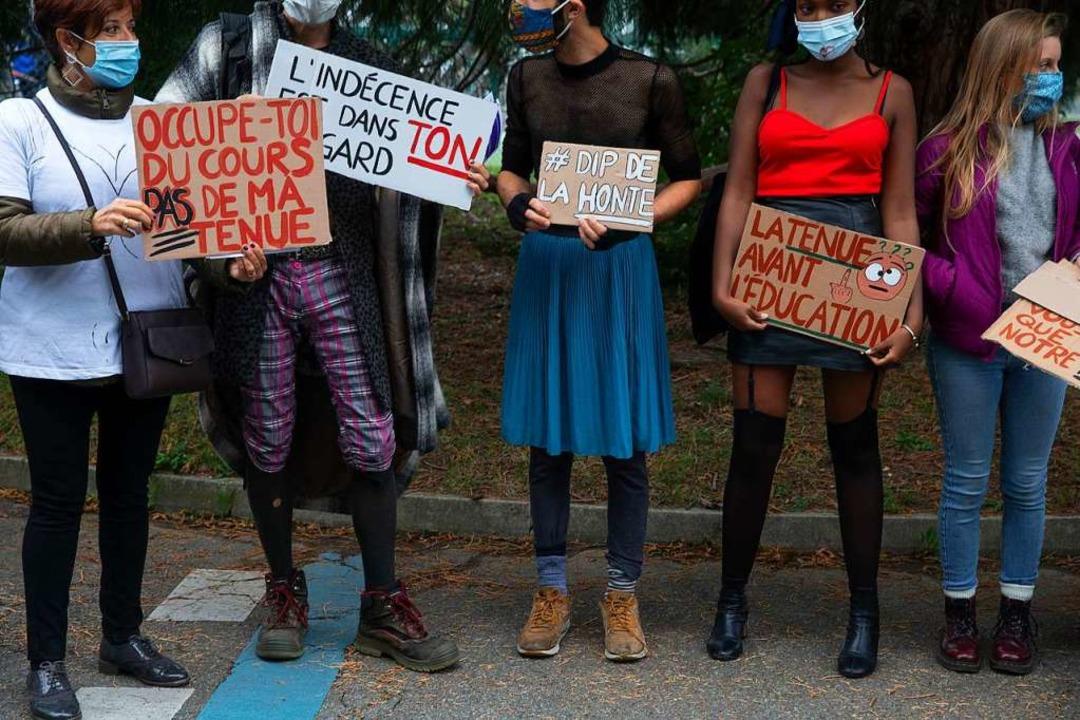 Demonstration mit Plakaten    Foto: Salvatore Di Nolfi (dpa)