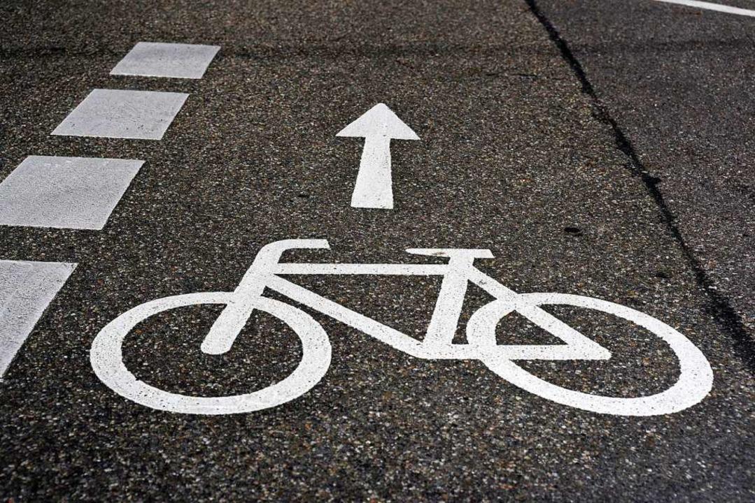Beim Abbiegen hat ein LKW-Fahrer auf d...ne Radfahrerin übersehen (Symbolbild).  | Foto: Thomas Kunz