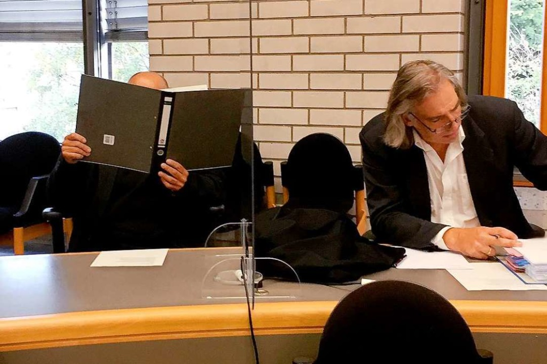 Der Angeklagte neben seinem Verteidiger  | Foto: Sönke Möhl (dpa)