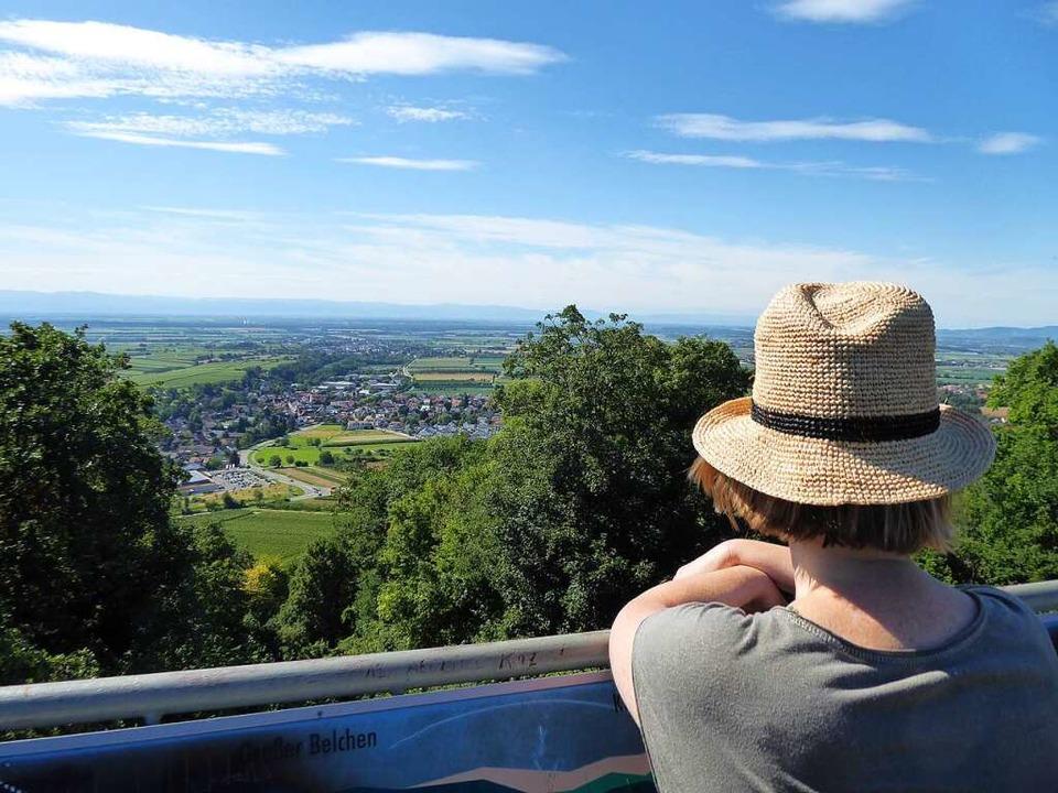 Schönes Land: Blick vom Turm auf Ballrechten-Dottingen und in die Rheinebene.  | Foto: Michael Neubauer