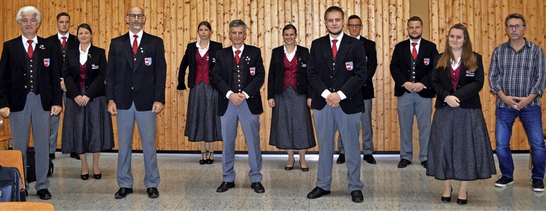 Der neue Vorstand ringt sich um ihren ...n Helmuit Vetter (sechster von links).    Foto: Werner Schnabl