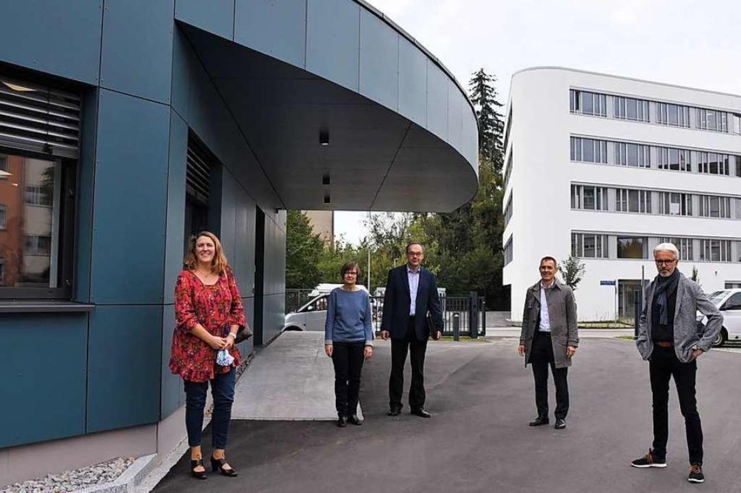 Kirsten Heinze-Hastenteufel, Susanne u...s) zwischen Heinze- und Korell-Gebäude  | Foto: Barbara Ruda