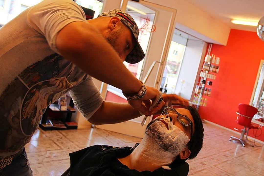 Ein Barbier bei der Arbeit  | Foto: Marius Buhl