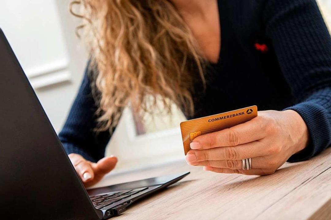 Wer eine Zahlung über seine Kreditkart...Kreditkartenunternehmen zurückfordern.  | Foto: Christin Klose (dpa)