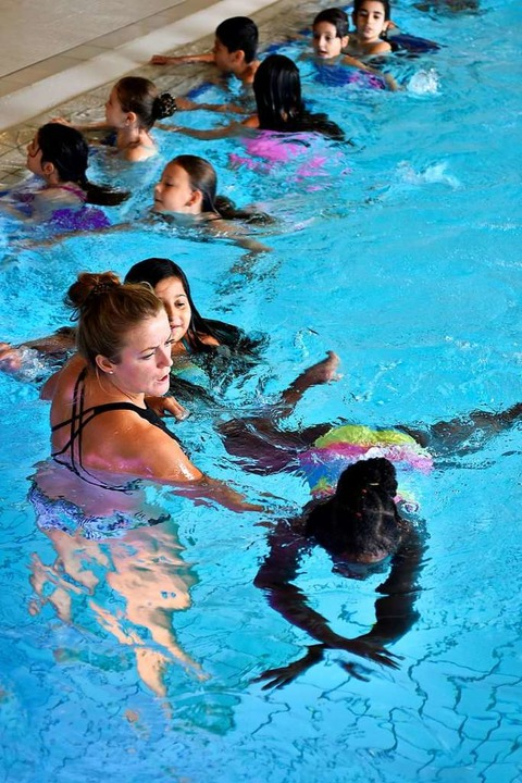 Tatjana Hummel unterstützt Nichtschwimmerinnen im Unterricht.    Foto: Thomas Kunz