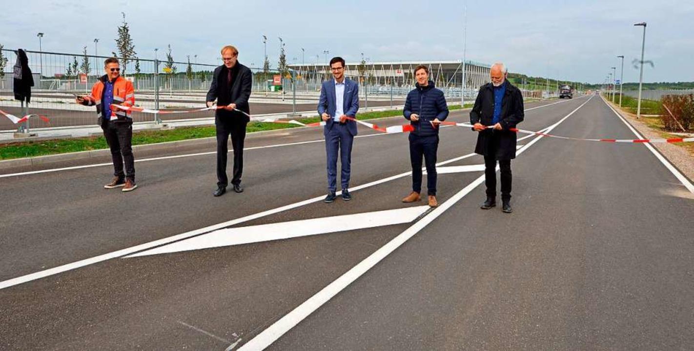 Sie machen den Weg frei: Andreas Ruf v...r Suwonallee vor dem neuen SC-Stadion.  | Foto: Michael Bamberger