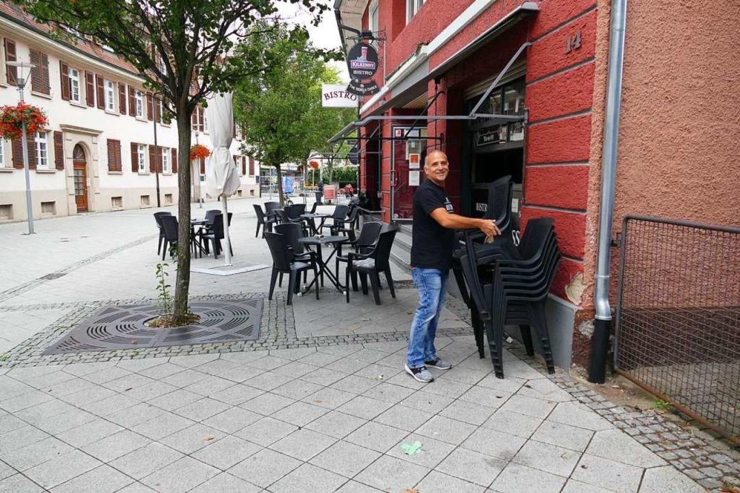 Oliver Dürrholder vom Bistro stellt di...enbereichs zusammen, weil Regen droht.    Foto: Dora Schöls