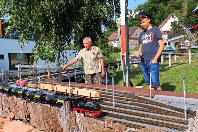 Ein Mann hat über Jahrzehnte eine Modellbahnanlage in seinem Garten aufgebaut