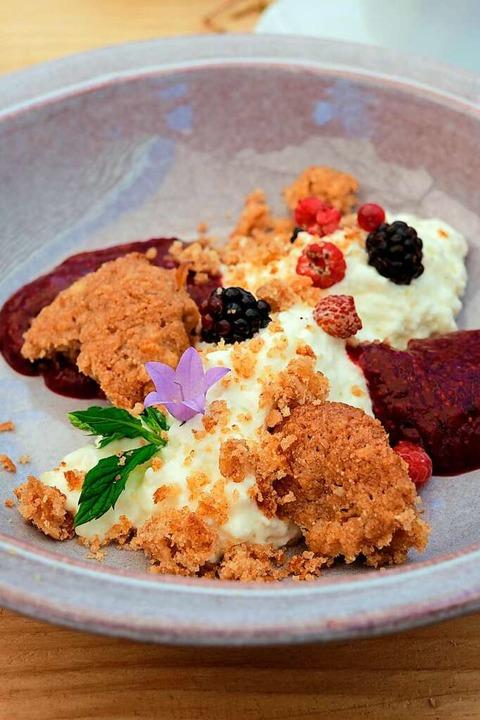 Dessert mit Waldbeeren und in Honig eingelegten Tannenspitzen  | Foto: Birgit-Cathrin Duval