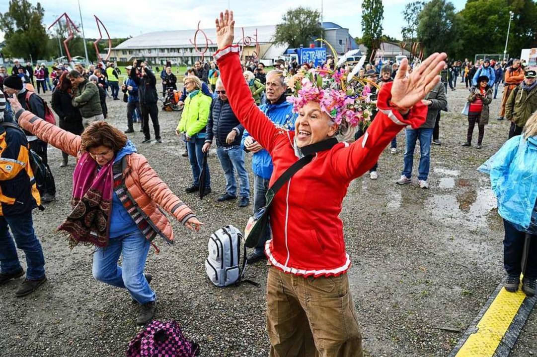 Hunderte Menschen feiern am Ufer des Bodensees einen Gottesdienst.  | Foto: Felix Kästle (dpa)