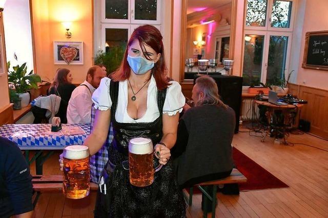 Oktoberfest mit Mundschutz und Abstand im Bahnhöfli in Wyhlen