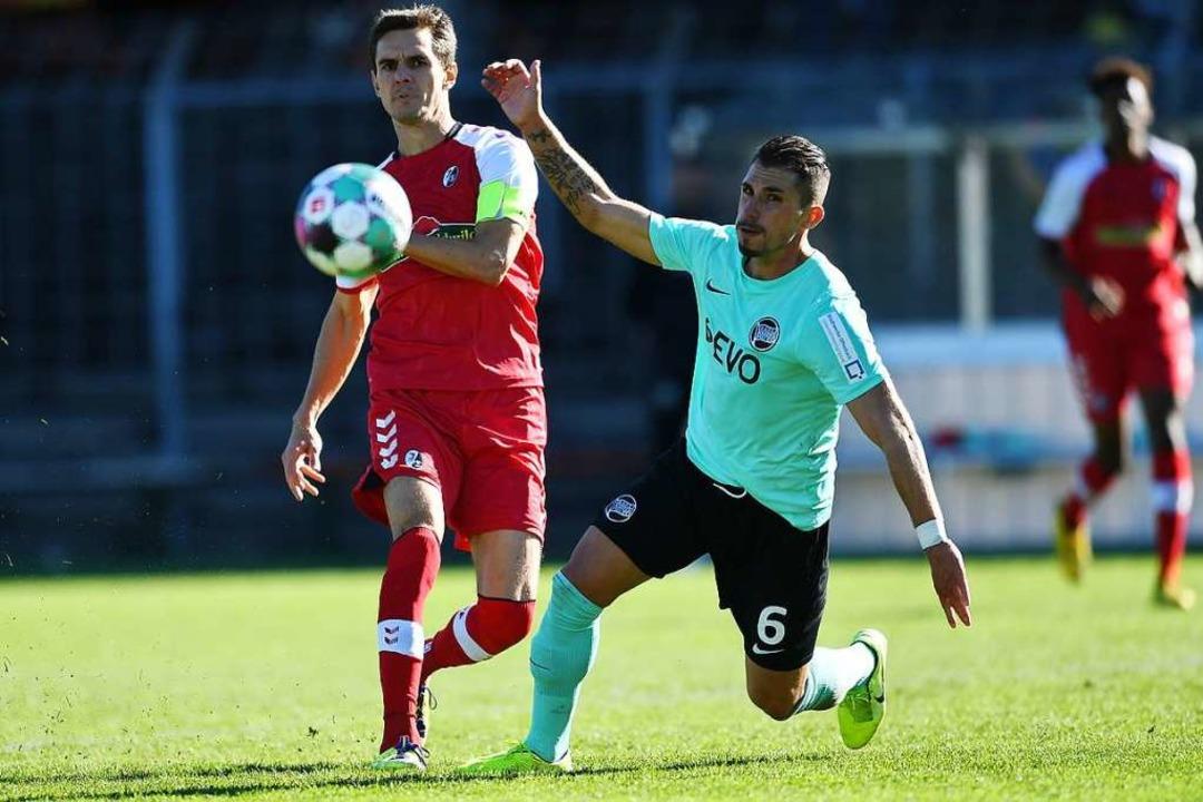 SC-Kapitän Johannes Flum (links gegen ...päter wegen Foulspiels die Rote Karte.  | Foto: Achim Keller
