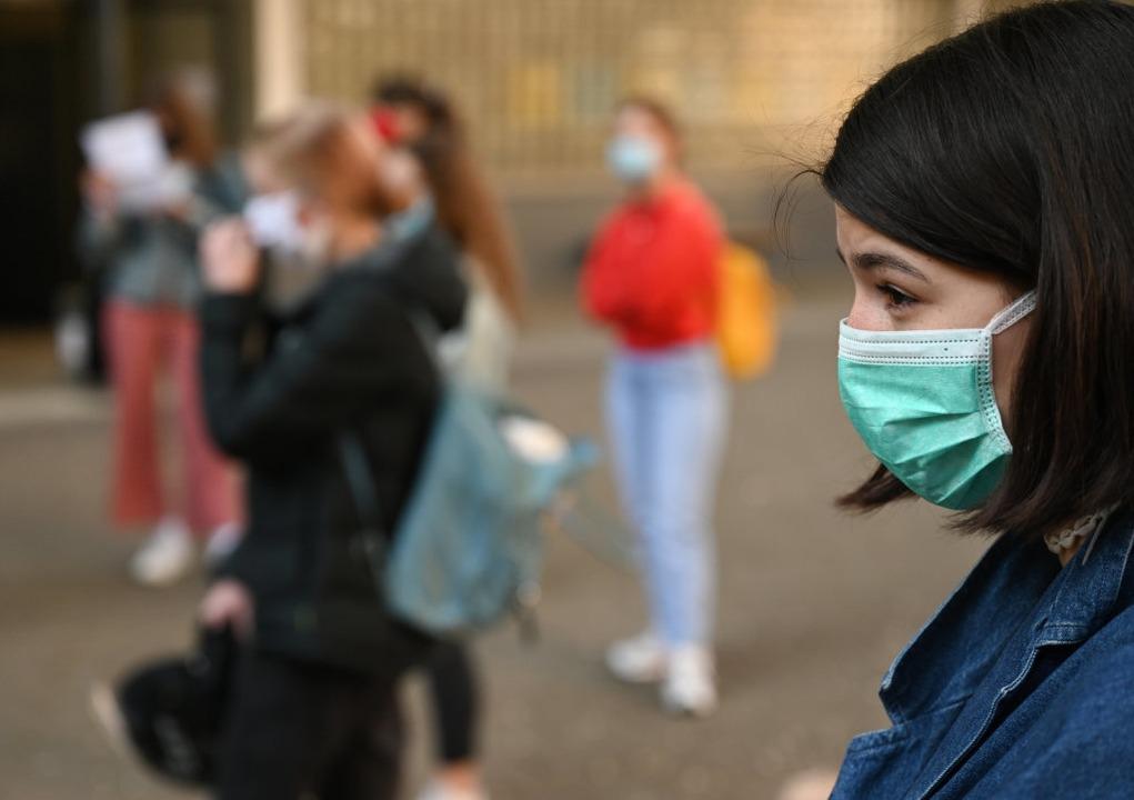 Infizierte können auch ohne Symptome ansteckend sein.  | Foto: Arne Dedert (dpa)