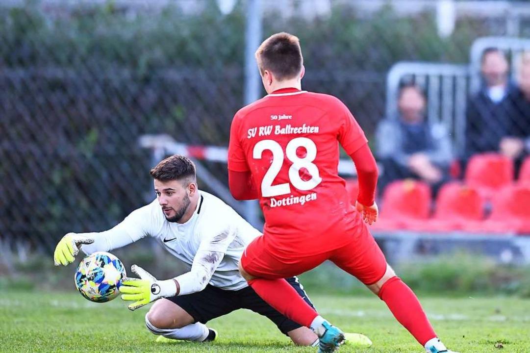 Oguz Ozan, der Torhüter des FC Bad Kro...tinger 2:0-Schützen, Roman Stellbogen.  | Foto: Achim Keller