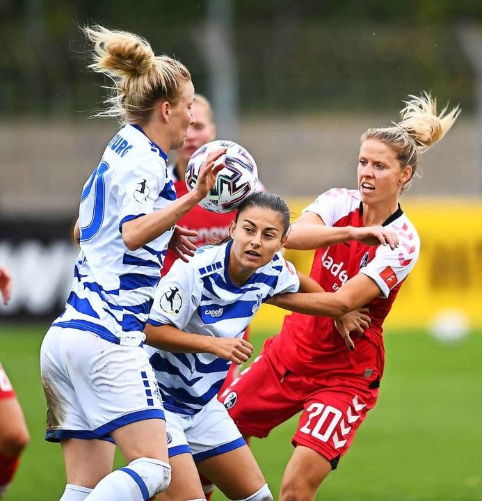 SC-Spielerin Jana Vojtekova (rechts) v...gen die Duisburgerinnen durchzusetzen.  | Foto: Achim Keller