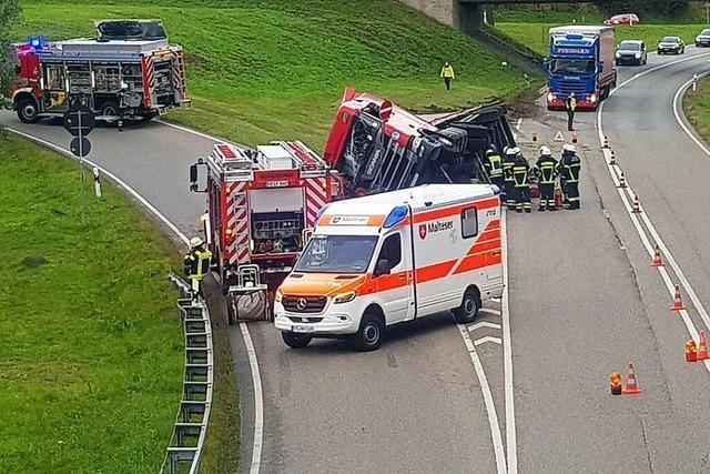 Lastwagen kippt auf B 31 bei Neustadt um – den ganzen Montag kam es zu Behinderungen