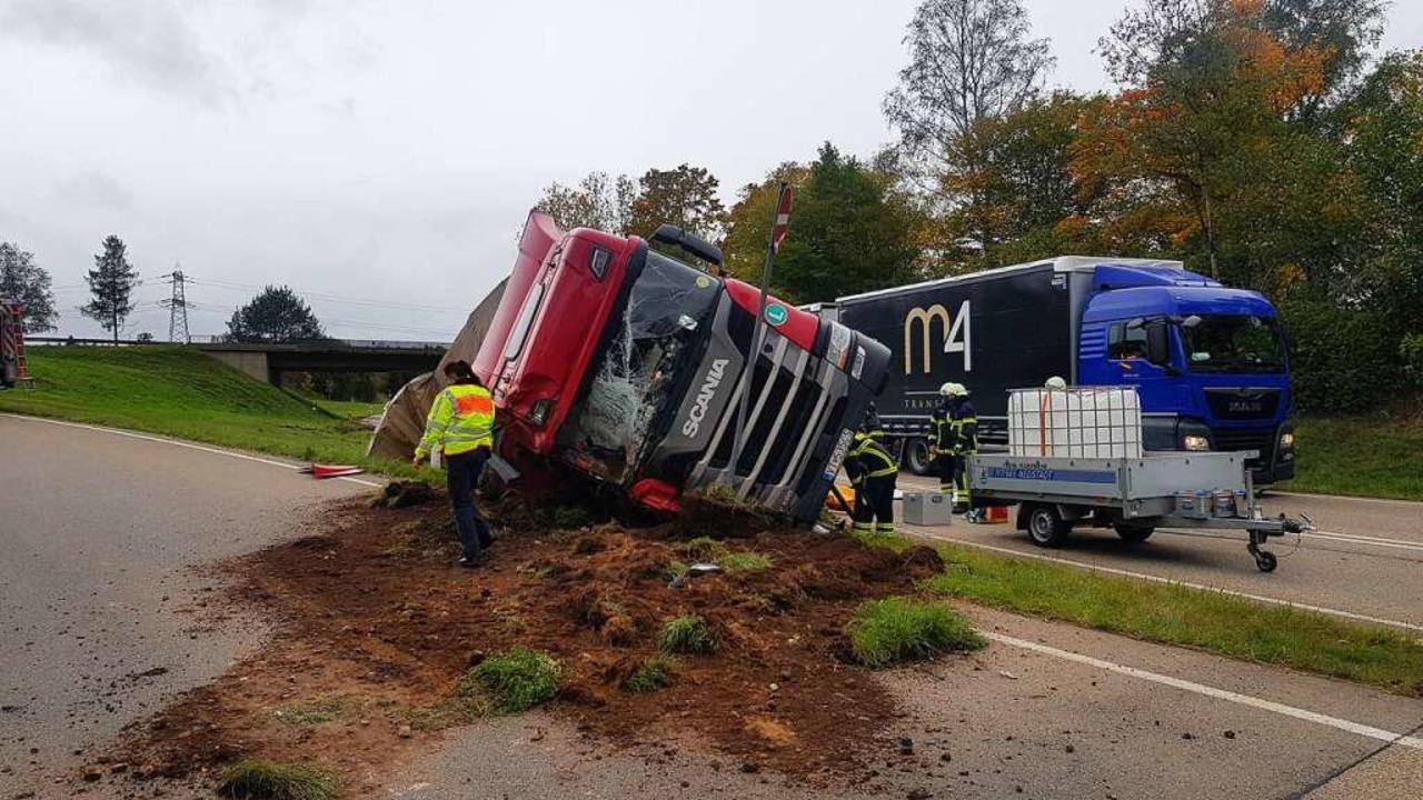 Ein Lastwagen ist auf der B31 im Kreuz...zur B500 umgekippt. Die Bergung läuft.    Foto: Kamera 24