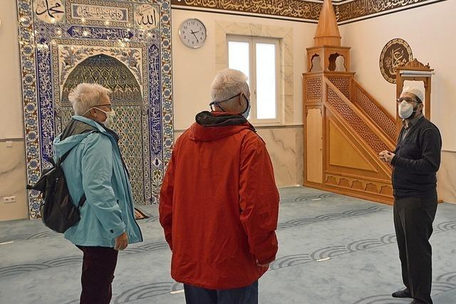 Eine Koran-Sure ziert die Wand des Gotteshauses