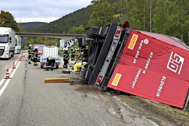 Lastwagen kippt auf B 31 um