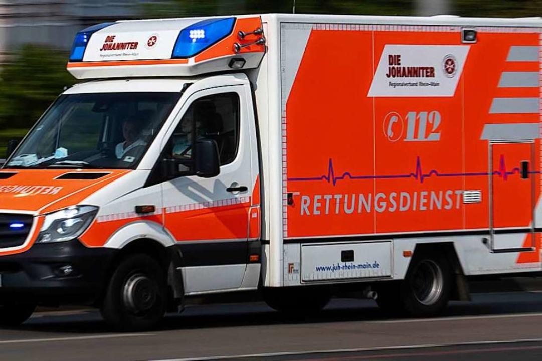 Bei einem Rettungseinsatz am Montagabe...arbeiter ins Klinikum gebracht werden.  | Foto: Boris Roessler (dpa)