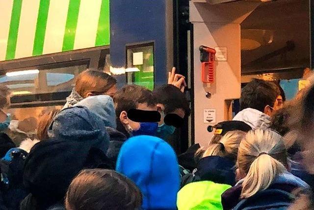 Eltern sauer: Schüler standen dicht gedrängt vor und im SWEG-Zug