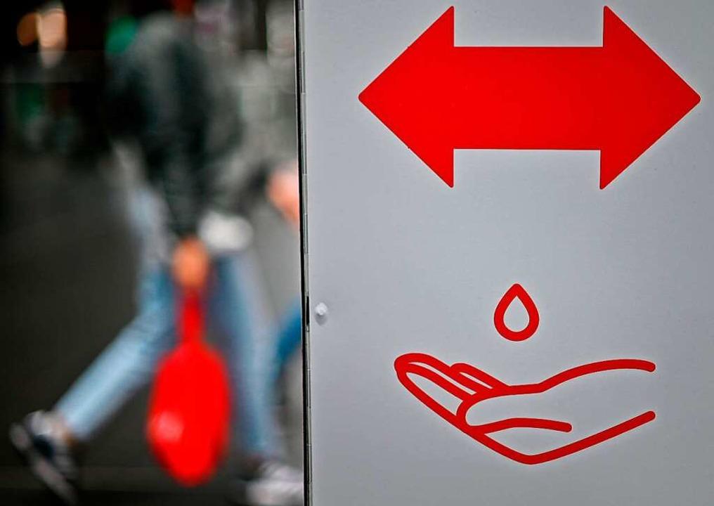 Die Desinfektion der Hände zählt neben... um eine Virus-Infektion zu vermeiden.  | Foto: TOBIAS SCHWARZ (AFP)