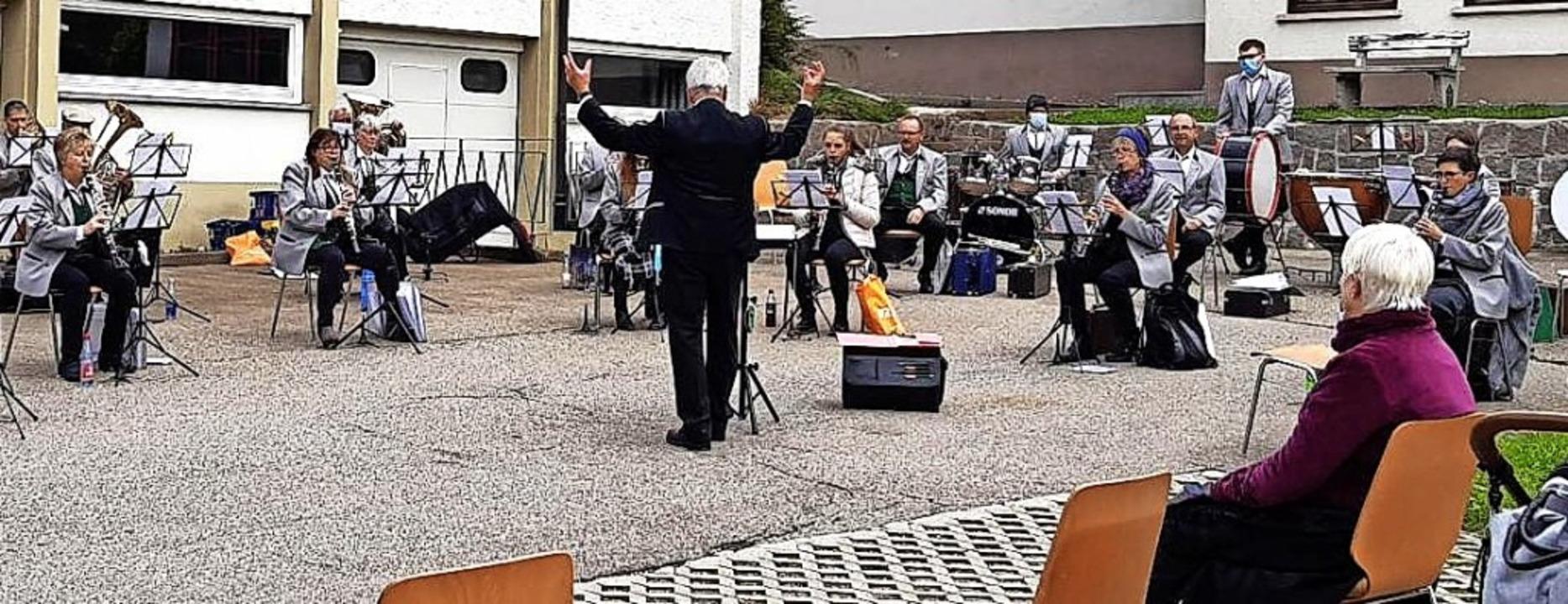 <BZ-FotoAnlauf>Musikverein Wies:</BZ-F...Picknick-Konzert mit Abstandswahrung.   | Foto: Ulrike Oßwald