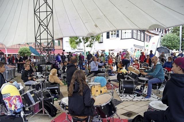 Platzkonzert mit 20 Schlagzeugern