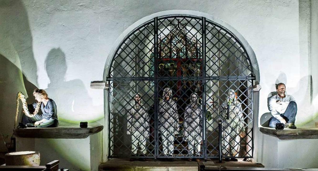 Sybille Denker (links), der Chor und Martin Wangler in der St. Oswald-Kapelle  | Foto: Anja Limbrunner