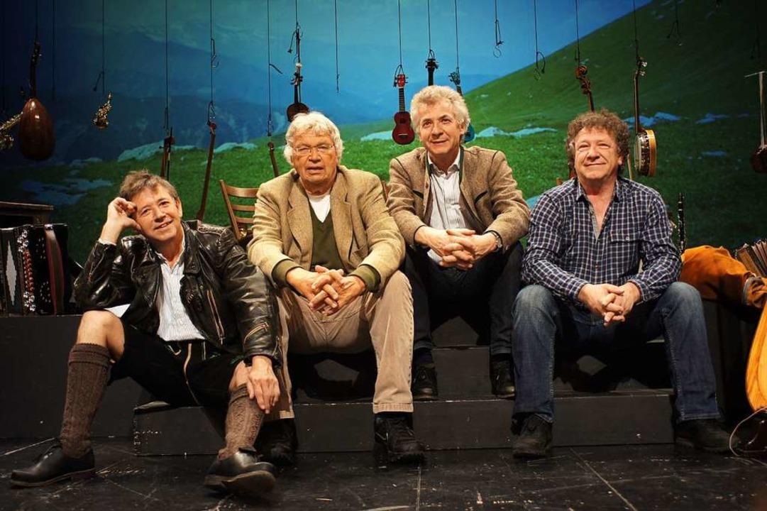 Der Humorist Gerhard Polt (2. v.l.) mi...oph, Michael und Karl Well (von links)    Foto: HP Hösl