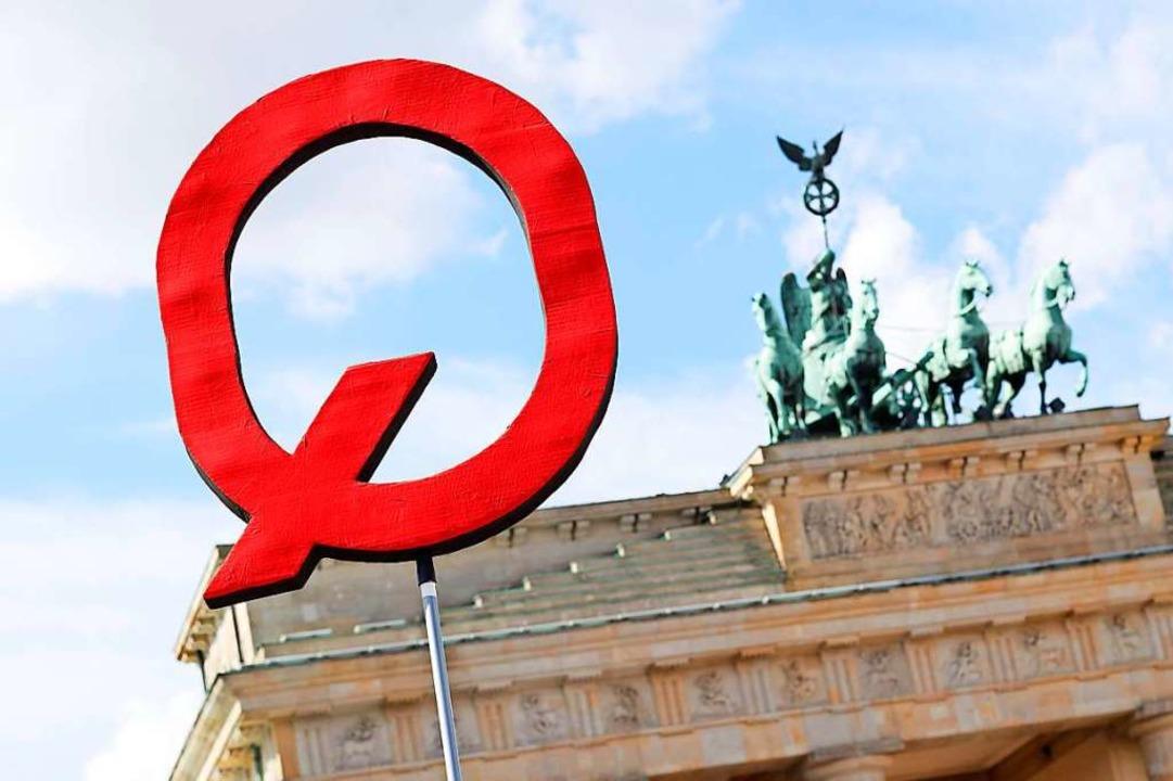 "QAnon-Schild vor dem Brandenburger Tor...nken""-Demonstration Ende August.  | Foto: Christoph Hardt via www.imago-images.de"