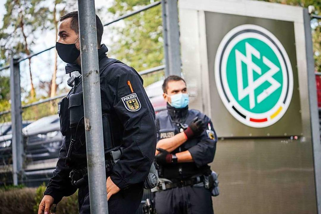 Polizeibeamte am Mittwochmorgen vor der DFB-Zentrale in Frankfurt am Main.    Foto: Frank Rumpenhorst (dpa)