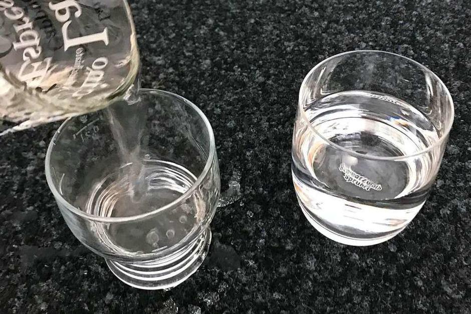 Zuerst befüllst du beide Gläser mit Wasser. (Foto: Carina Zwigard)