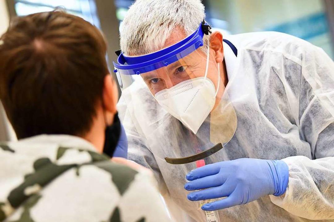 Kinderarzt Roland Fressle macht bei ei...hwerpunkt-Praxis einen Rachenabstrich.  | Foto: Rita Eggstein