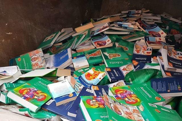 Fast 10.000 Bücher werden beim Umzug einer Lehrbuchsammlung weggeworfen